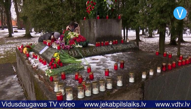 Uz demontētā lielgabala postamenta liek ziedus un sveces
