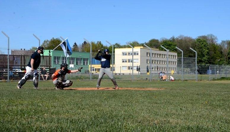 Kā iemācās spēlēt beisbolu? Youtube!