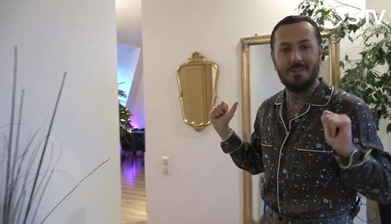 Multimākslinieks Kašers iepazīstina ar savu mājokli