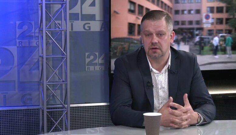"""Česlavs Batņa par """"bonusiem"""", kuri tiek piedāvāti Ādažu vidusskolas skolotājiem"""