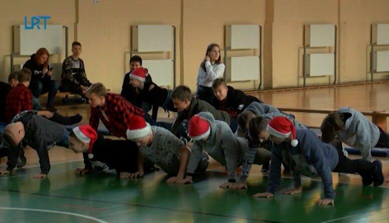 Riebiņu vidusskolas skolēni sporto kopā ar Kasparu Zlidni