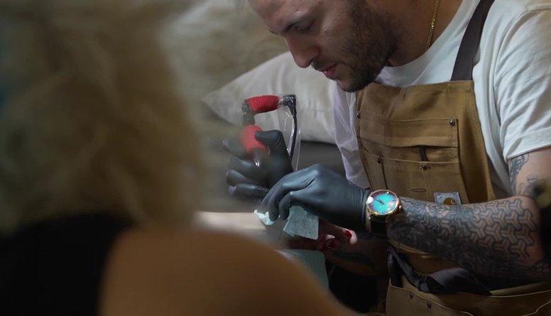 Lai tiktu grupā Intaram Rešetinam jāpiekrīt tetovēties!?