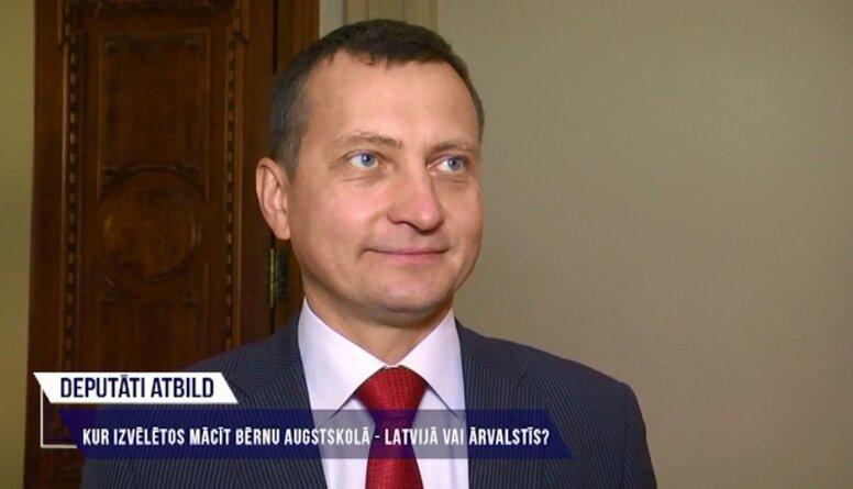 Deputāti atbild: Kur izvēlētos mācīt bērnu augstskolā - Latvijā vai ārvalstīs?