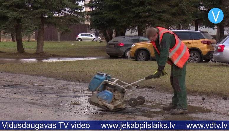 Jēkabpilī ar auksto asfaltu labo ielu bedrītes