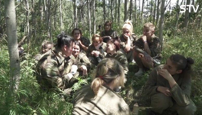 Ērkšķu dāmas lien bunkuros, šauj un ir viena komanda