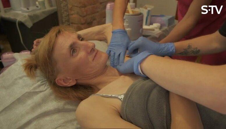 Ērkšķu dāma mācās vaksācijas tehniku