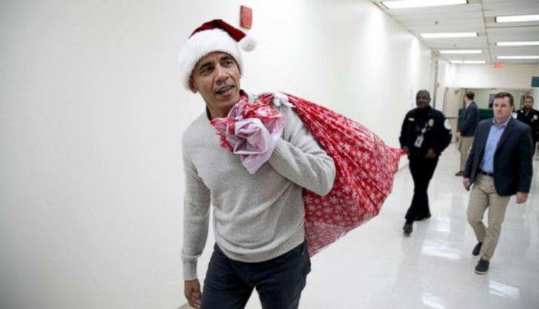 Sirsnīgi: Bijušais ASV prezidents Obama gaidot svētkus apdāvinājis slimnīcā esošos bērnus