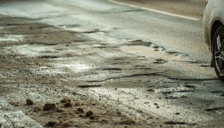 Milgrāvī autovadītājus nepatīkami pārsteigušas bīstamas bedres