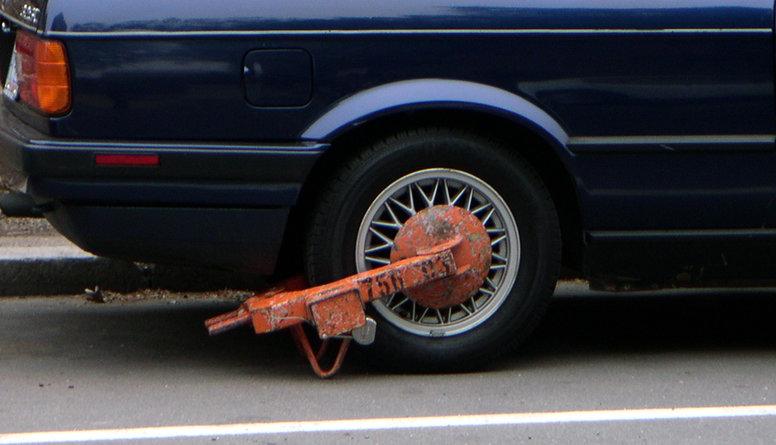 Vai jāatsāk riteņu bloķēšana autostāvvietu neapmaksātājiem?