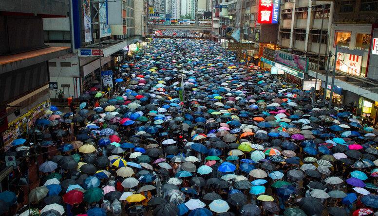 Nedēļas nogalē Honkongā izgājuši desmitiem tūkstošu protestētāju