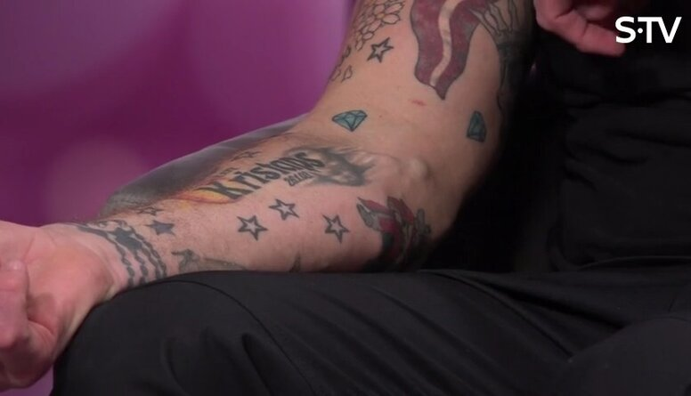 Ko simbolizē Kaspara Kambalas tetovējumi?