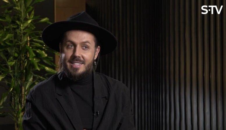 Kašers stāsta par jaunības pieredzi intervijā VID