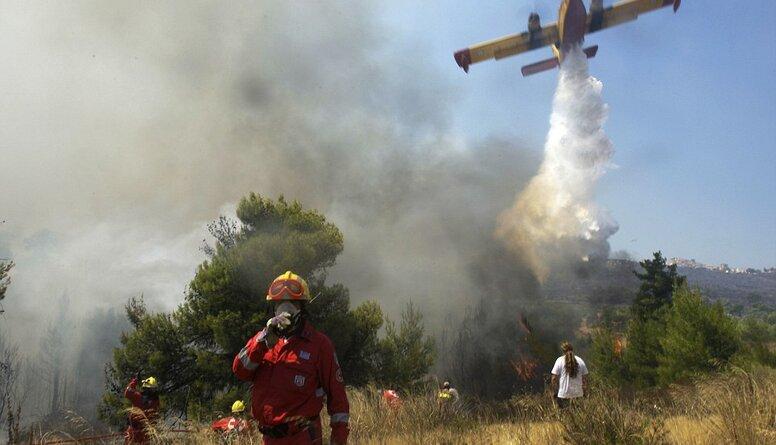Atēnu pievārtē apturēta liela meža ugunsgrēka izplatīšanās