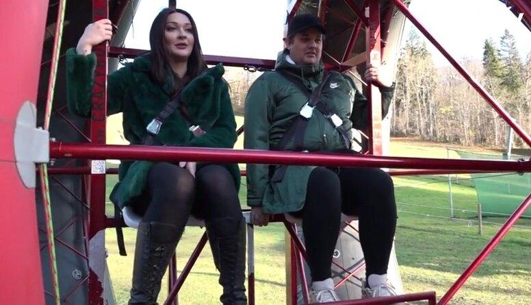 Amuna Davis un Stefa piedalās Tarzāna atrakcijās