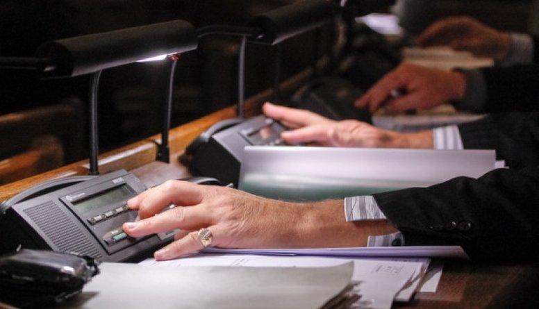 Valdība sašķēlusi krievu un latviešu attieksmi pret politiķiem, vēsta SKDS dati