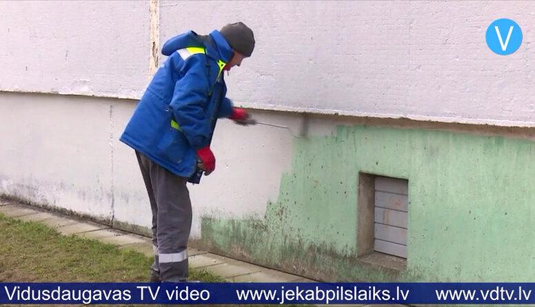 Jēkabpilī aizkrāso apzīmētās daudzdzīvokļu māju sienas