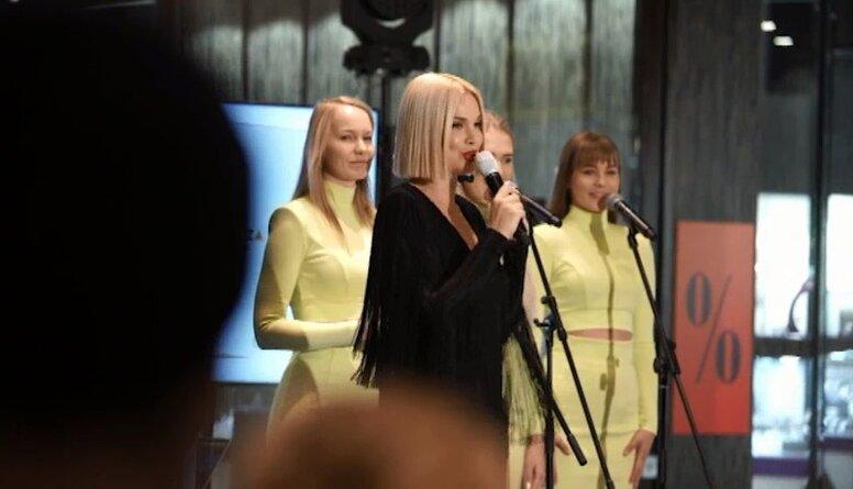 """Samantas Tīnas jaunās dziesmas """"Still Breathing"""" prezentācija"""
