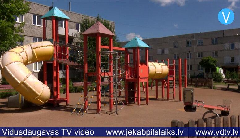 Jēkabpilī regulāri izdemolē bērnu rotaļu laukumus