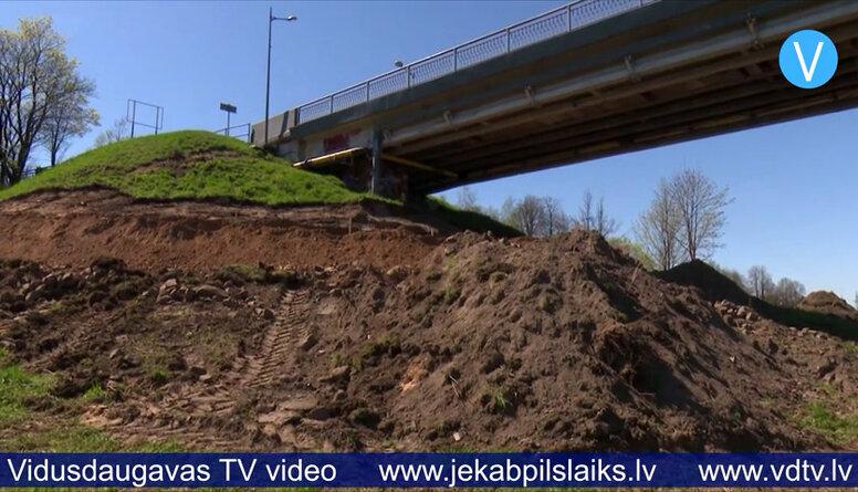 Zem Daugavas tilta Jēkabpilī veido aizsargdambju savienojumu.