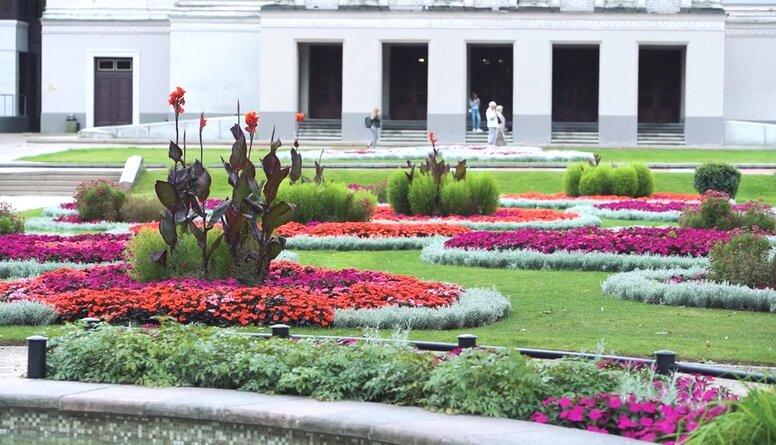 Rīgas parki greznojas tūkstošos vasaras ziedu