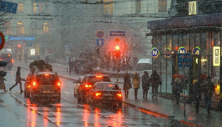 Vai Latvijā jāatļauj veikt labo pagriezienu pie sarkanās gaismas?