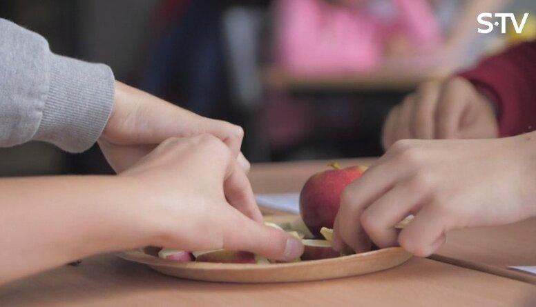 Kā bērnam veicināt pieradumu sabalansēti ēst gan skolā, gan mājās?