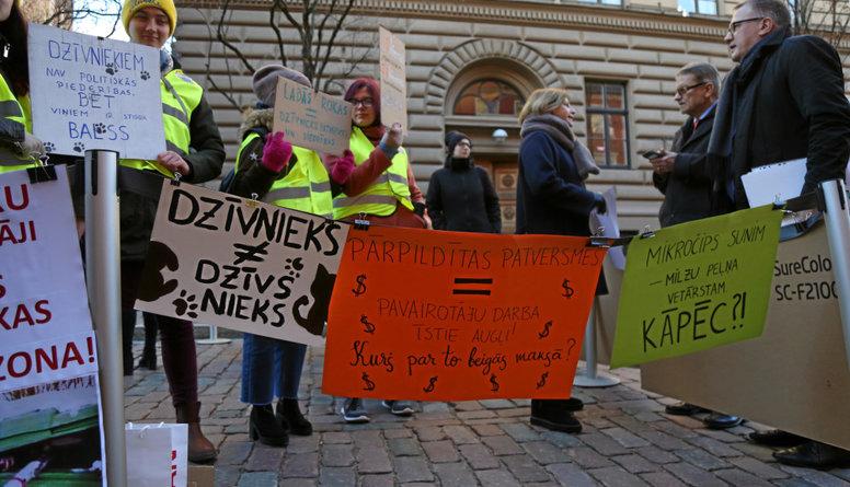Piketā pie Saeimas vērš uzmanību uz dzīvnieku aizsardzības problēmām Latvijā