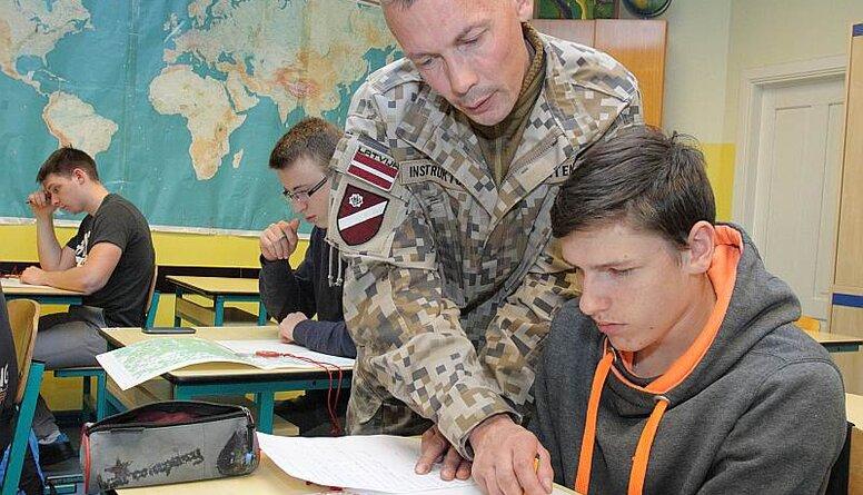 Pabriks: No 2024. gada Valsts aizsardzības mācība skolās būs obligāta