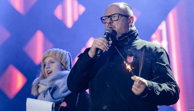 Labdarības koncertā smagi sadurts Gdaņskas mērs