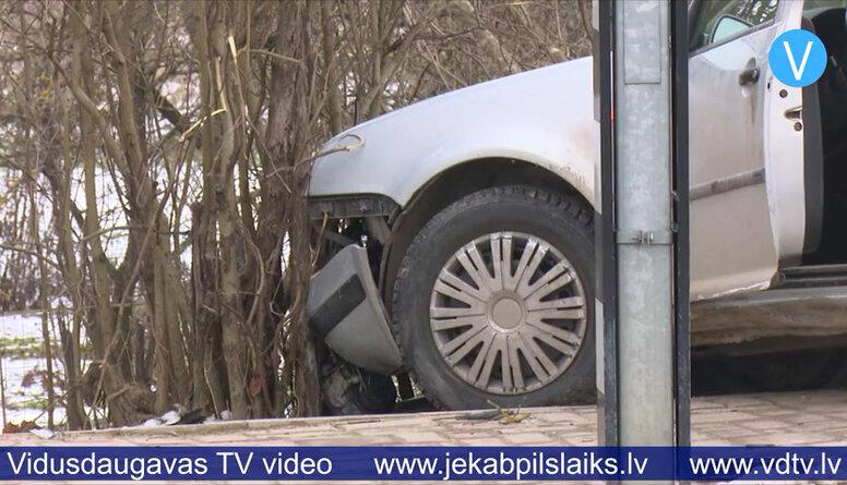 Jēkabpilī jaunietis ar automašīnu ietriecas ceļa barjerā
