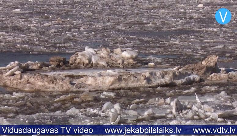 Daugavā lejpus Zeļķiem joprojām – ledus sablīvējums