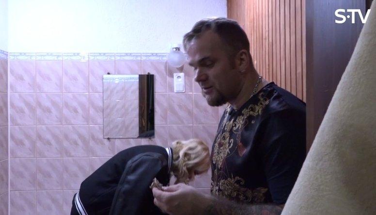 Kāpēc Kivičs ar Skulmi ēd tualetē?