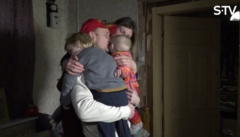 Magones vīrs Žanis atvadās no bērniem