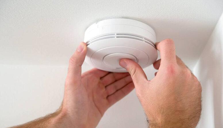 Dūmu detektoru uzstādīšana ir aktuāla visiem, kuriem ir īpašuma apdrošināšana
