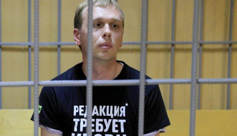 """""""Meduza"""" žurnālistam piemēro mājas arestu"""