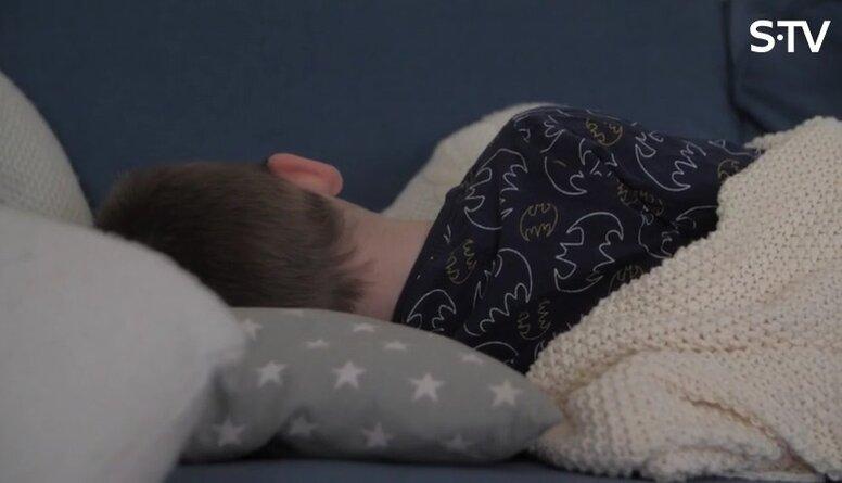 Kā risināt bērnu urīna nesaturēšanu naktī?