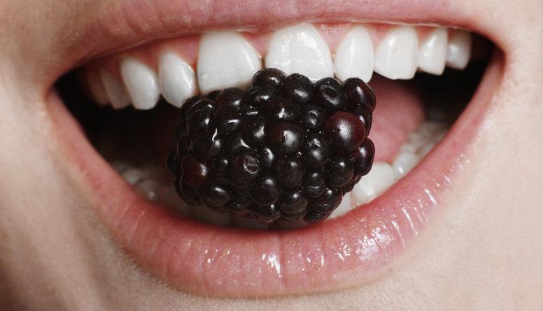 Uzzini, kuri produkti dzeltē zobus!