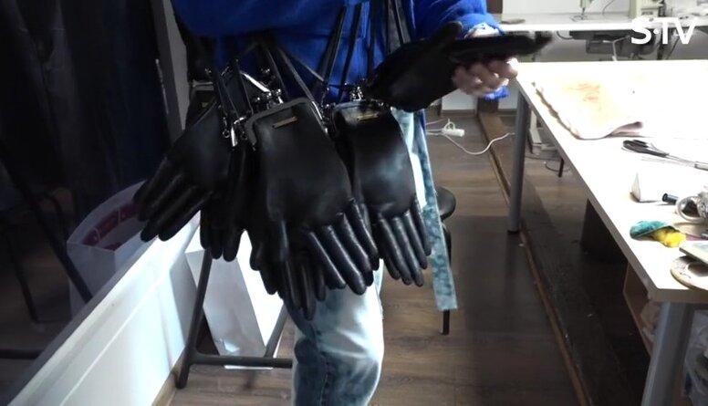 Kašers atrāda savas jaunās somiņas