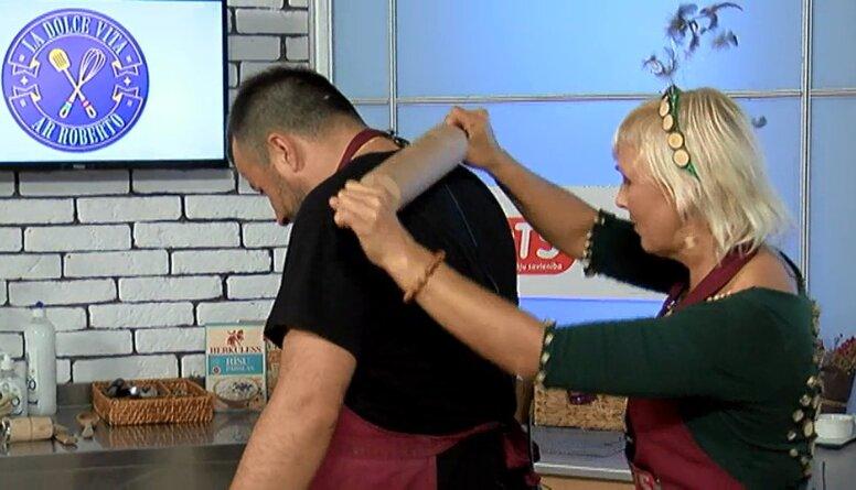 Tas ir jāredz - pirtniece no Aglonas veic Roberto masāžu ar virtuves rīkiem!
