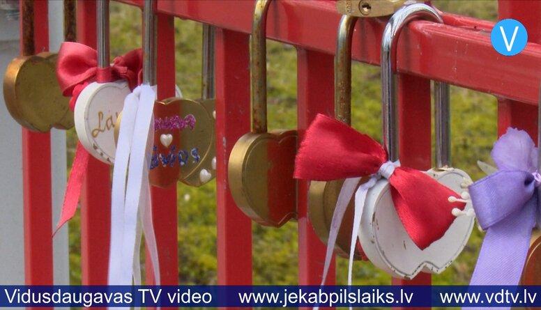 14.02.2020 kāzu tradīcija – slēdzeņu pieslēgšana pie tiltu margām.