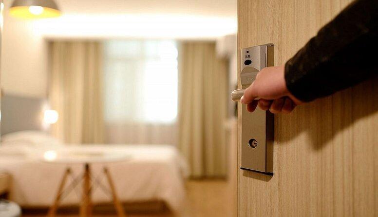 Valsts līdzfinansēs Covid-19 inficēto un kontaktpersonu izolēšanos viesnīcās