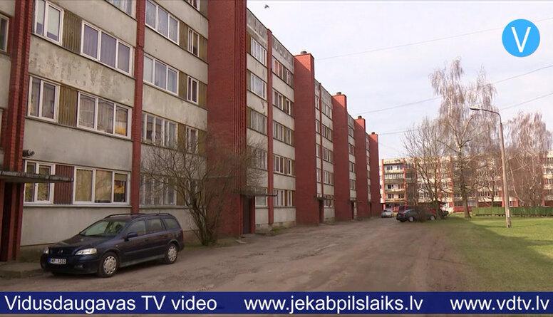 Rindā uz dzīvokļiem Jēkabpilī gaida vairāk nekā 100 personas ar bērniem
