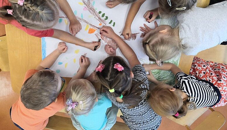Saeimā karstas debates par valodas lietošanu bērnudārzos