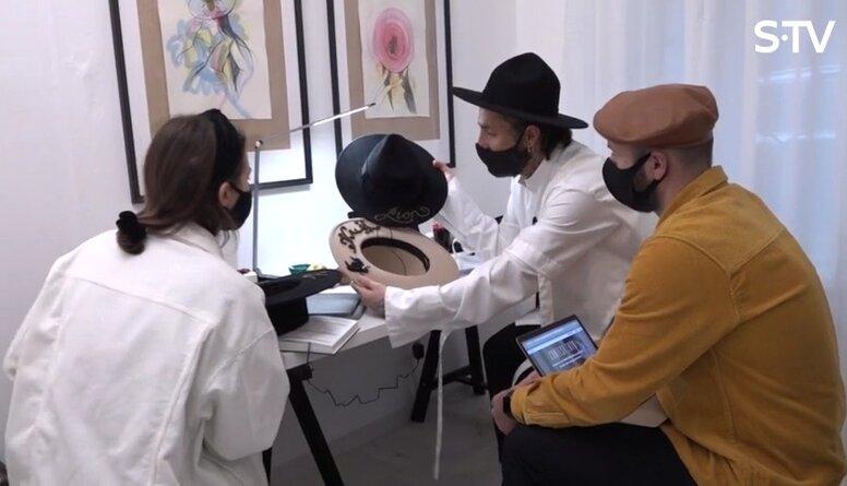 Kašers izrāda savas dizainētās cepures un stāsta par plāniem
