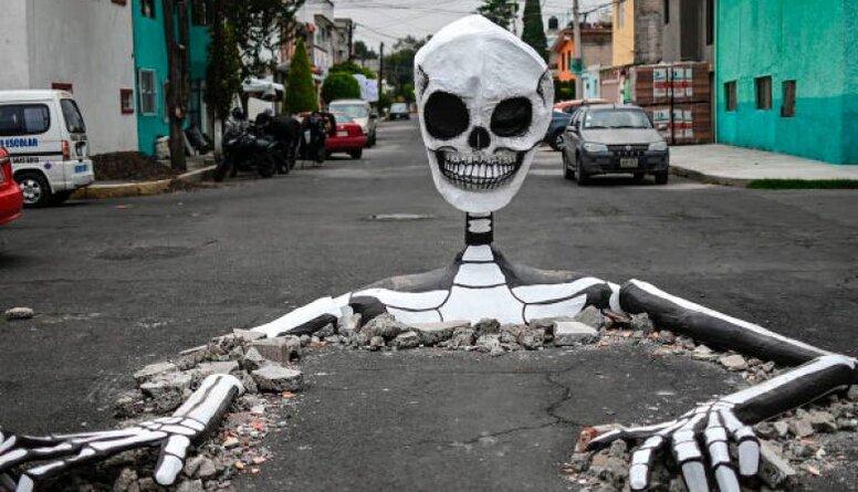 Pasaule sagaida Helovīnus: Trampa saldumu misēklis un milzu skelets Mehiko