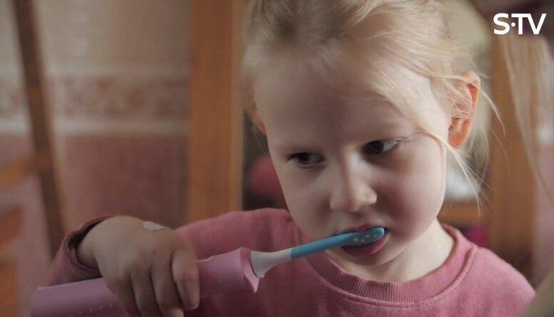 Kas vecākiem jāzin par bērna pirmo zobārsta apmeklējumu un zobu birsti?