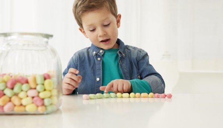 Ko pārmērīga cukura lietošana uzturā nodara bērna veselībai?