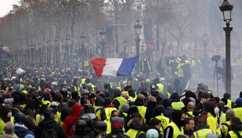 """""""Dzelteno vestu"""" protesti Francijā pulcē 84 000 cilvēku"""