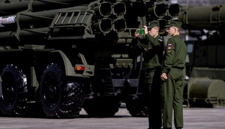 Krievija ar likumu aizliedz militārpersonām lietot viedtālruņus
