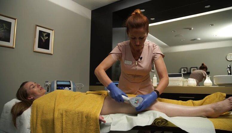 Aktrise Maija Doveika veic procedūras, lai mazinātu celulītu un uzlabotu augšstilbu ādas tonusu
